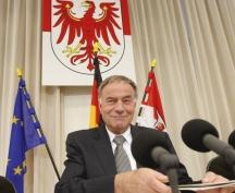 Brandenburgs Landtagspräsident Gunter Fritsch hat das Vorwort zu einem Buch geschrieben, das die Arbeit der Enquetekommission zur DDR-Aufarbeitung kritisiert. Viele finden das inakzeptabel. Foto: dpa