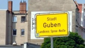 Ortsschild Guben. Die Bewohner Gubens fühlen sich nicht sicher. Foto: Anna Ringle-Brändli/Archiv (Quelle: dpa)