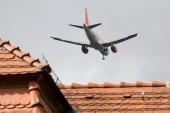 Dicht über den Hausdächern: Anflug auf den Flughafen Schönefeld. Für die alternative Landebahn fehlt noch der Schallschutz