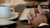 Gefaltete Hände von Dietmar Woidke während Koalitionsverhandlung. SPD und Linke für Reduzierung der Zahl der Landkreise. Foto: Ralf Hirschberger/dpa (Quelle: dpa)