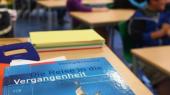 Geschichtsbuch auf Tisch in Klassenzimmer. Drohender Abbau des Fachunterrichts wird beklagt. Foto: F.Stratenschulte/Archiv (Quelle: dpa)