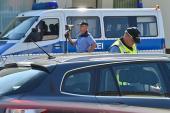 Polizeibeamte kontrollieren vor einem Kindergarten in Brieskow-Finkenheerd die Geschwindigkeit von Verkehrsteilnehmern. Quelle:  Patrick Pleul / dpa