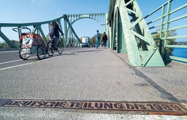 """Die Glienicker Brücke als Symbol der Teilung. Die Themenreihe """"25 Jahre Deutsche Einheit"""" beleuchtet Aspekte der Wende- und Nachwendezeit in Potsdam. Foto: Patrick Pleul/dpa"""